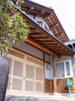 数寄屋造りの軒が格式ある玄関ファサード