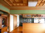 キッチンと京壁のリビング