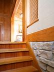 階段板は 堅い栗の一枚板で