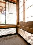 無垢の銘木を意匠としたオリジナルの障子 地窓は意匠とともに風通しを