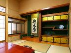 主室は旧本陣の床の間を踏襲した付書院のある本床。本京壁と一位(イチイ)の大黒柱