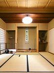 一間床に通し棚、簡素な構成に床框の椌(ムロ)で雅趣を添える