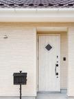 濃茶の洋瓦と白いドアー 清楚な雰囲気の玄関ファサード