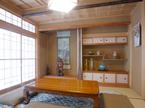 床の間と 違棚を配した床脇にて旧家の格式を引き継ぎました