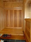 安曇野の松を床材に。框(カマチ)は欅の一枚板