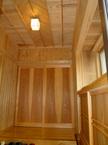 板戸は杉の鏡板 矢羽根張りの天井